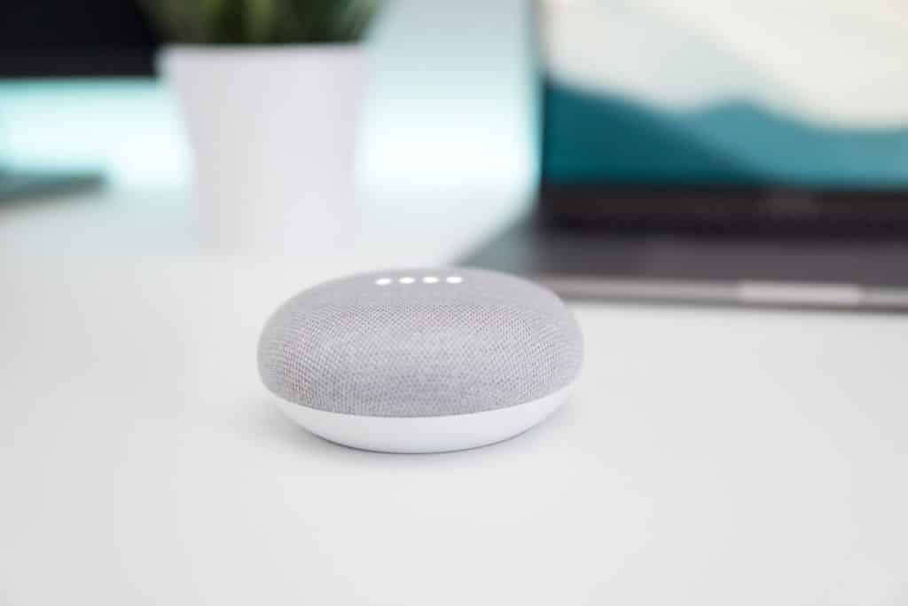 On peut accéder à assistant vocal de Google Google Assistant) avec le Google Home.