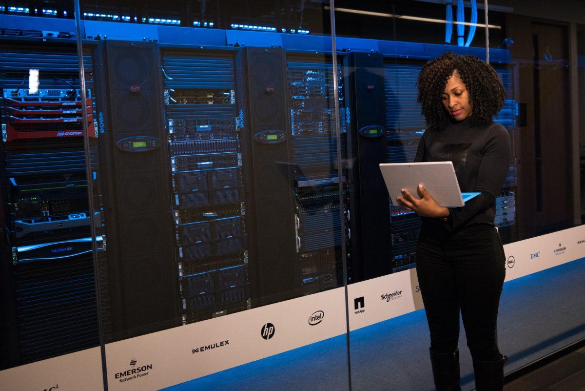Femme travaillant dans un data center du futur