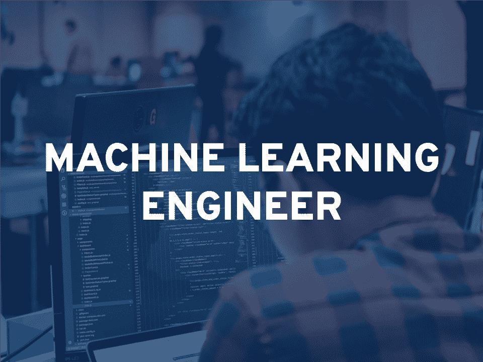 ingénieur en machine learning devant son ordinateur