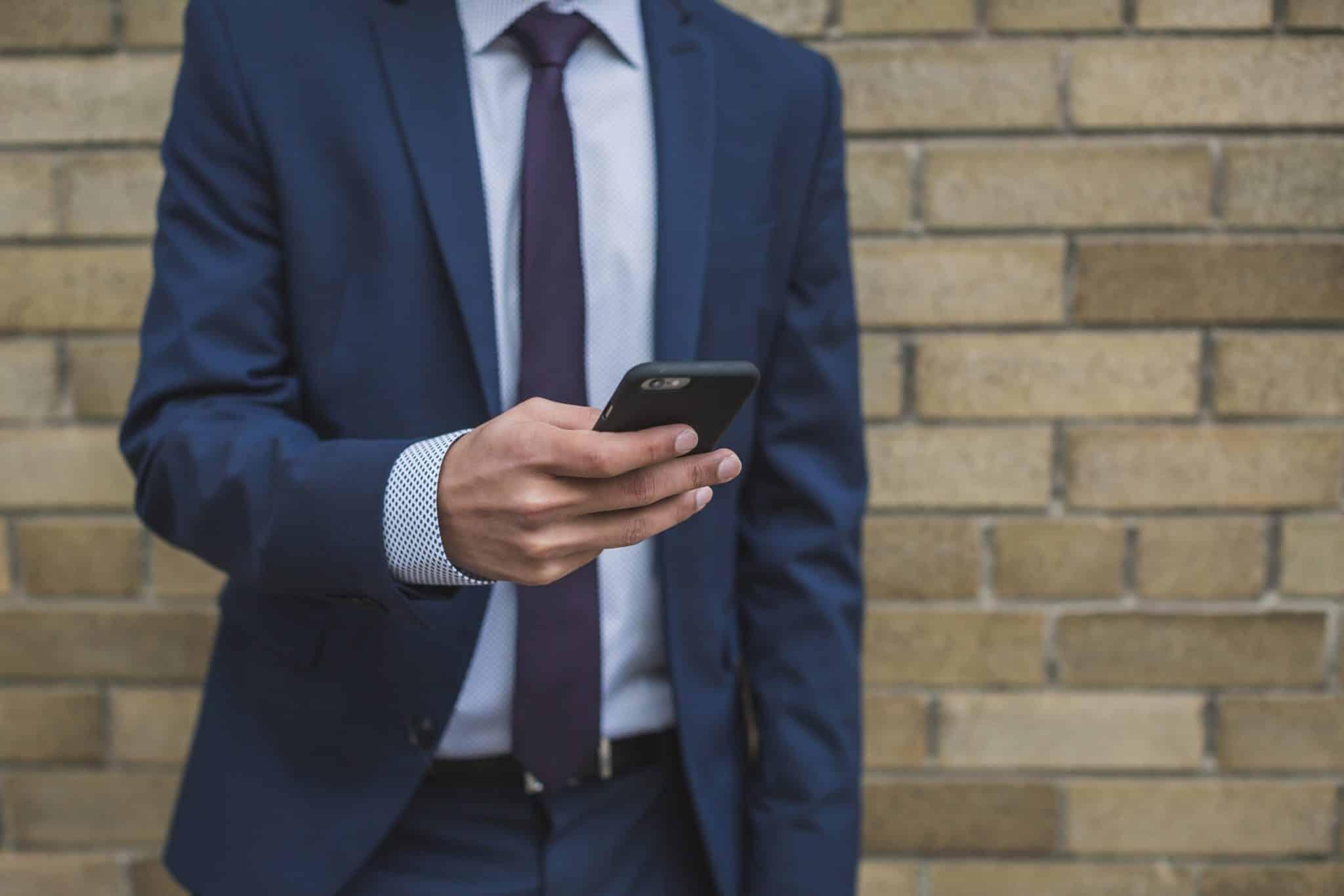 homme d'affaires utilisant un téléphone équipé de la technologie cloud